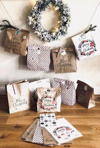 Adventskalender mit 24 XL Weihnachtstüten und Stickerbogen
