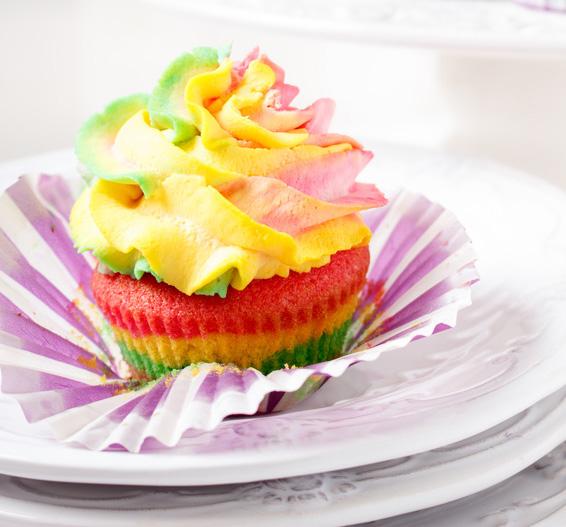 Muffins in Regenbogenfarben sind schnell gemacht und schnell verputzt. • Foto: indukas / Fotolia.com