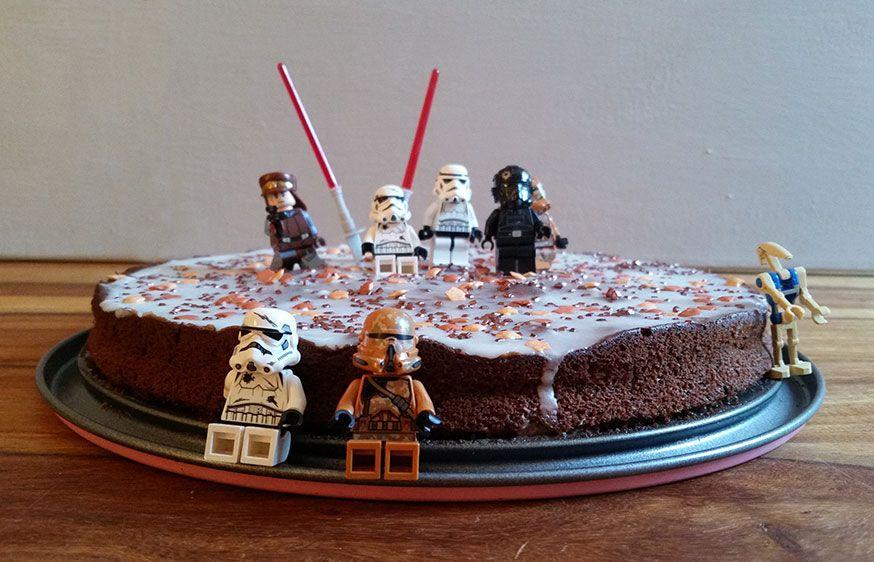 Mit ein paar LEGO Figuren wird aus einem ganz normalen Kuchen ein galaktischer Star Wars Geburtstagskuchen.