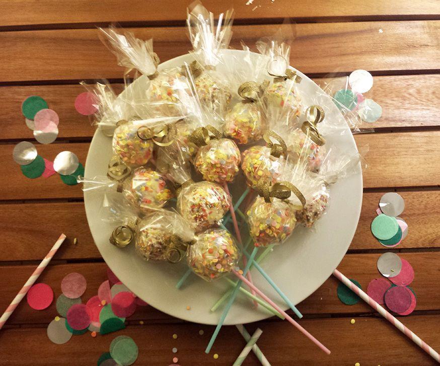 Cake Pops sind auch ein süßes Mitgebsel für die Geburtstagsgäste.