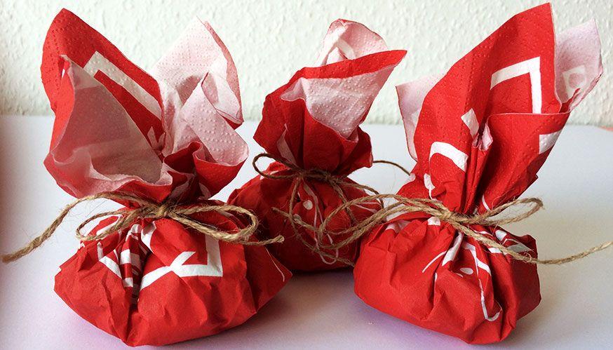 Mitgebsel kann man auch ganz hübsch in Servietten verpacken.