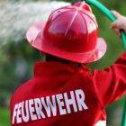 Spielidee_Dosenwerfen_einmal_anders_beim_Feuerwehrgeburtstag