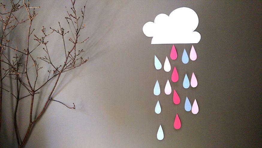 Eine Wolke mit bunten Regentropfen ist eine schöne Dekoidee für die Babyshower.
