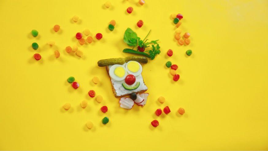 Dieser Clown treibt auf dem Abendbrottisch allerlei Späßchen. • Foto: U. Miers, Foodproduktion: Dagmar von Cramm