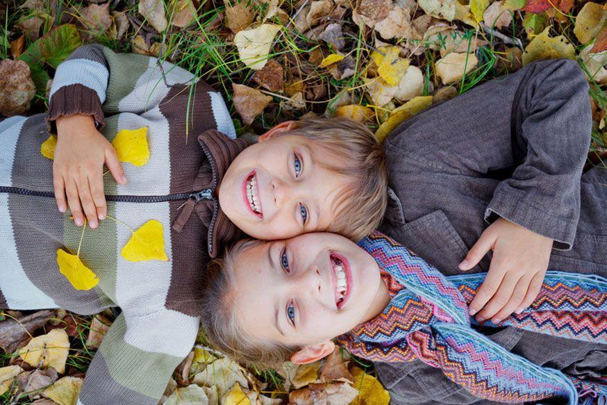 Warum nicht einfach mal ins Laub legen? Viel Spaß auf dem Waldgeburtstag!• Max Topchii / Fotolia.com