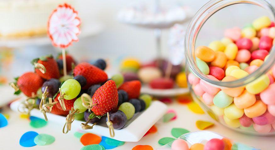 Keine Lust auf Backen? Obst und Bonbons machen sich auch gut auf dem Desserttisch. • Foto: BlueOrange Studio / Fotolia.com