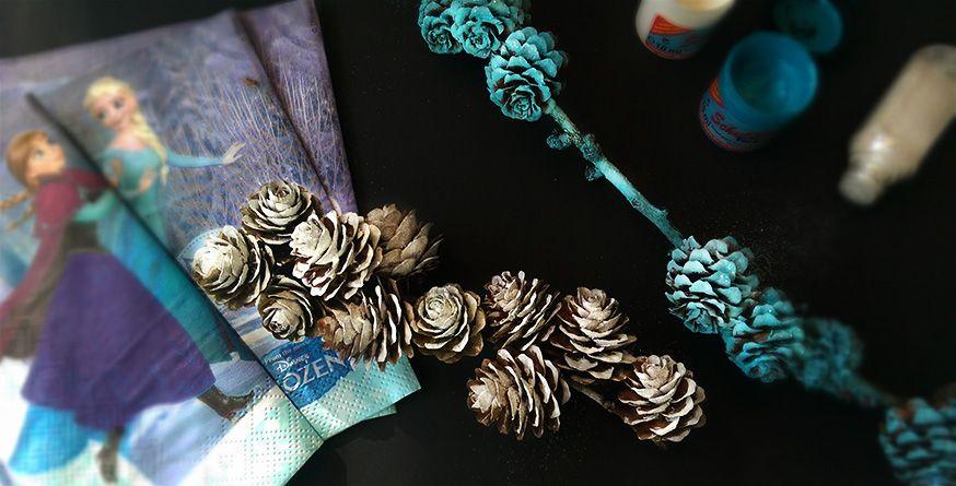 Mit ein wenig weißer und hellblauer Farbe und Glitzer werden aus Tannenzapfen und Zweigen magische Deko für die Frozen-Party.