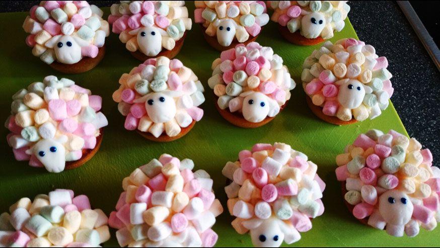 Schaf Cupcakes passen super zur Drachenzähmen leicht gemacht Party, gehören Schafe doch zu jedem guten Drachenrennen dazu!