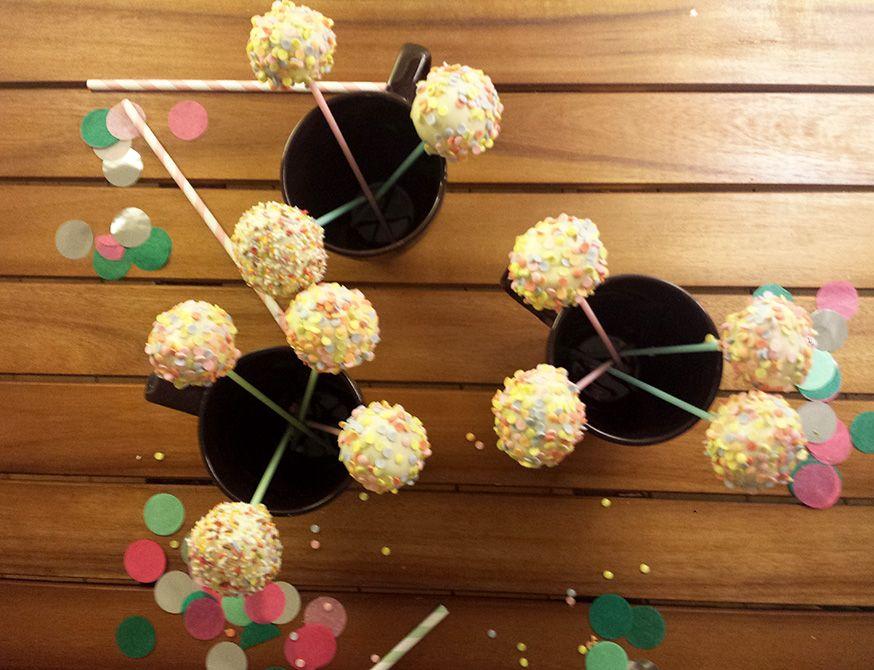 Die Cake Pops lassen sich gut in hohen Tassen aufbewahren.