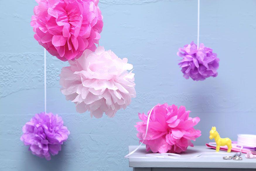 Pompons in verschiedenen Farben sind die perfekte Deko für den Zirkusgeburtstag. • Umsetzung und Foto: Thordis Rüggeberg