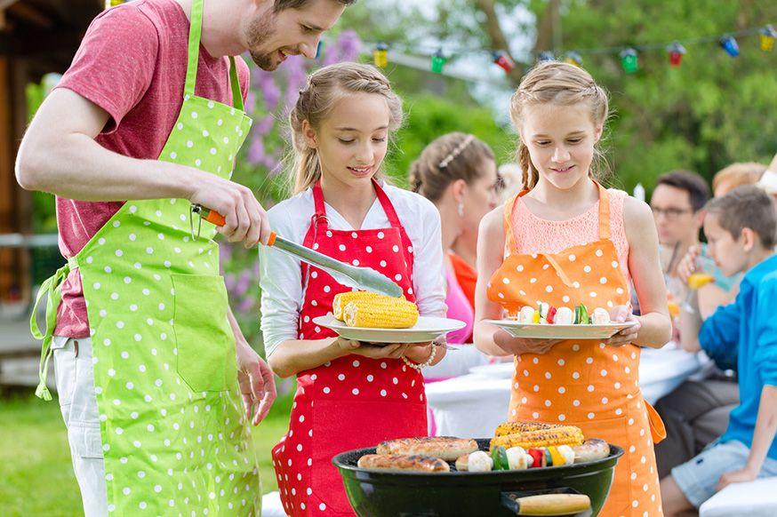 Hier finden Sie Tipps für eine Grillparty mit Kindern. • Foto: kzenon / Fotolia.de