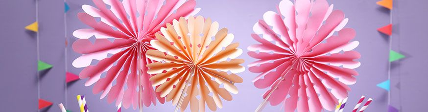 In Rosarot und Mango sehen die Faltrosetten einfach die perfekte Deko für den Ballerina Geburtstag.
