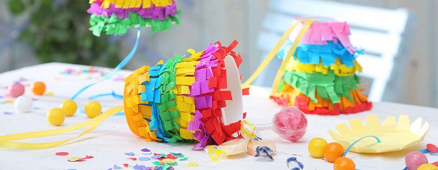 Pinatas in Regenbogenfarben sind ein cooler Hingucker auf dem Geburtstag. • Umsetzung & Foto: Thordis Rüggeberg