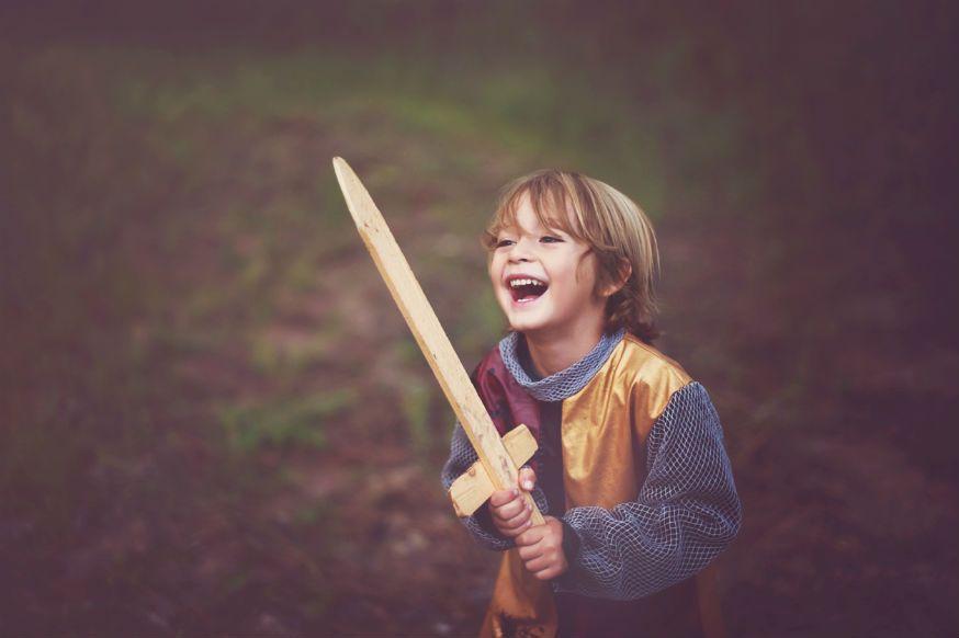 Für das Errichten der Burg werden alle Ritter gebraucht. • Foto: Adriana Varela Photography / Getty Images