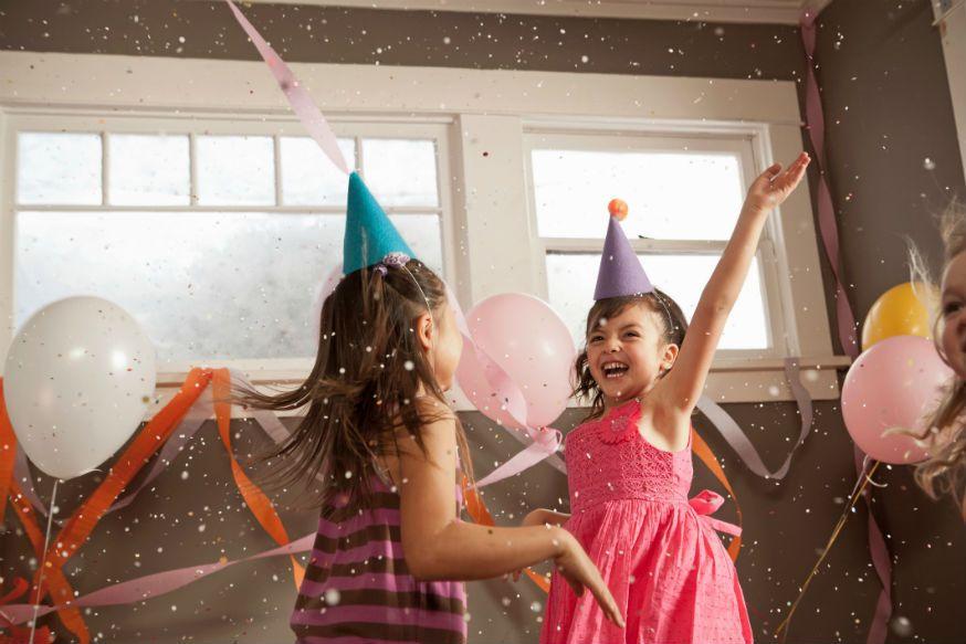 Ein lustiges Spiel auf der Prinzessinnenparty. • Foto: Cultura/Robyn Breen Shinn / Getty Images