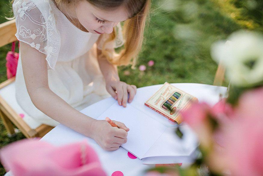 Wer malt die schönste Hochzeitstorte? Stifte und Ausmalbilder dürfen auf dem Kindertisch nicht fehlen.• Foto: Corinna Keiser